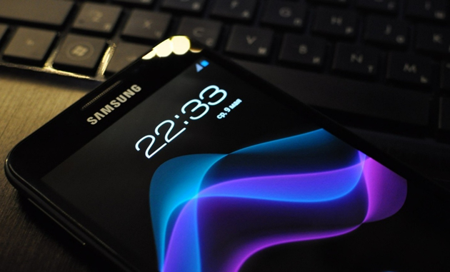 Samsung promises flexible phone displays, <br>double pixel counts for 2014