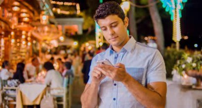 smartphone user restaurants tourist